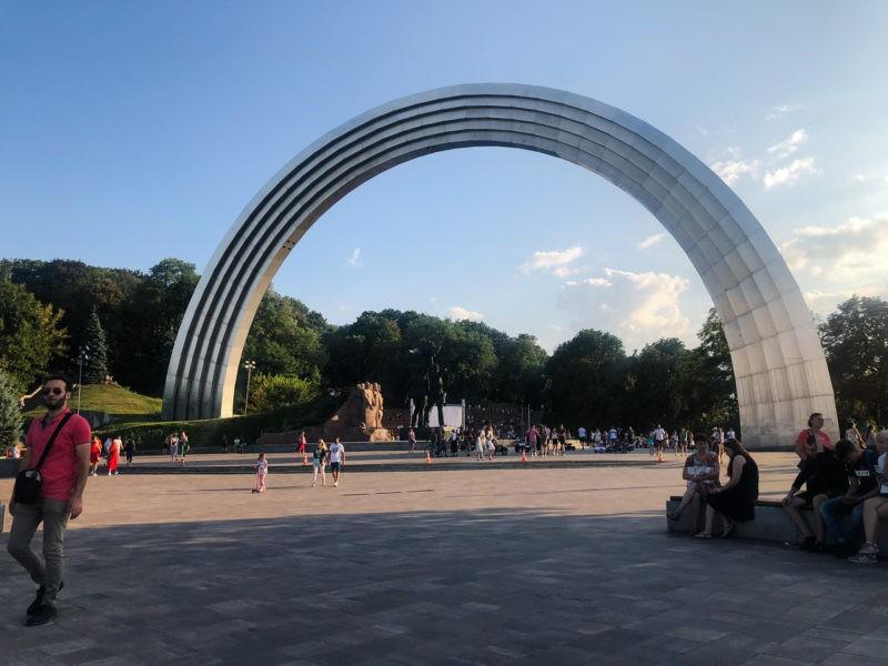 Co robić w Kijowie? Odwiedzić Łuk Przyjaźni Narodów.