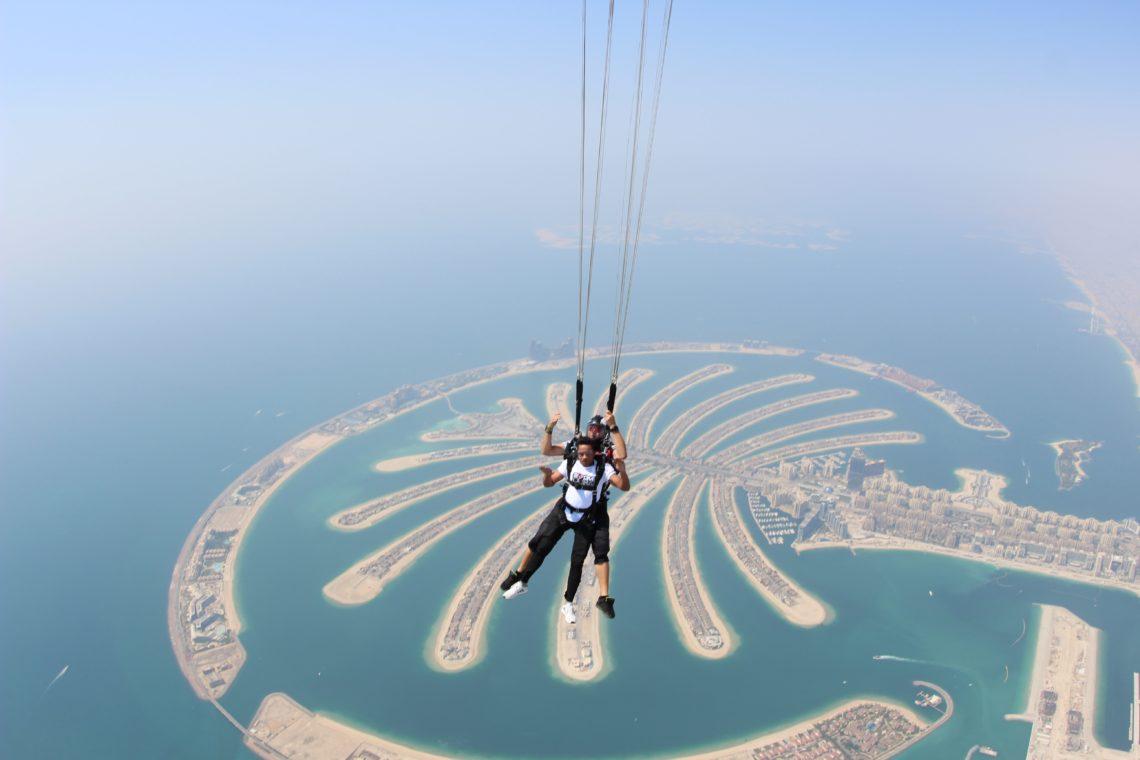 Esktremalne atrakcje Dubaju - skok ze spadochronem